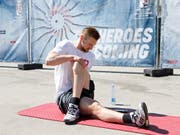 Tristan Scherwey dehnt seine Muskeln (Bild: KEYSTONE/SALVATORE DI NOLFI)