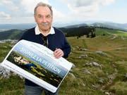 Jean-Marc Blanc von Paysage-Libre Vaud lancierte die Petition am Dienstag auf dem Gipfel des Chasseron. (Bild: KEYSTONE/LAURENT GILLIERON)