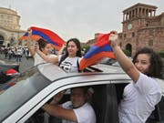 In Feierstimmung: Anhänger des Oppositionsführers Nikol Paschinjan in der armenischen Hauptstadt Eriwan. Paschinjan wurde am Dienstag im zweiten Anlauf zum neuen Regierungschef des Landes gewählt. (Bild: Keystone/AP/THANASSIS STAVRAKIS)