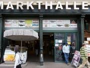 Die Markthalle in Bern erlebt kein Revival: Die Migros Aare hat ihr Umbauprojekt abgebrochen. (Bild: KEYSTONE/PETER KLAUNZER)