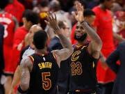 Freude über den Halbfinaleinzug: Clevelands Superstar LeBron James (rechts) klatscht mit seinem Teamkollegen J.R. Smith ab (Bild: KEYSTONE/EPA/DAVID MAXWELL)