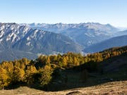 Keine Opfer: Der Felssturz im Tobel beim Montalin (links) in der Nähe von Chur (Bildzentrum) hat nach aktuellem Kenntnisstand keine Personen getroffen. (Bild: KEYSTONE/ARNO BALZARINI)