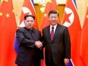 Bereits Ende März hatte Nordkoreas Machthaber Kim Jong Un (l) überraschend den chinesischen Präsidenten Xi Jinping (r) getroffen, damals in Peking. (Bild: Keystone/AP XinHua/JU PENG)