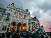 Tausende protestieren am Dienstag vor dem ungarischen Parlamentsgebäude, während sich drinnen die Abgeordneten zu ihrer ersten Sitzung treffen. (Bild: KEYSTONE/AP MTI/MARTON MONUS)