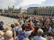 Drinnen tagt erstmals das neue Parlament, draussen wird protestiert: Demonstranten wehren sich vor dem Parlamentsgebäude in Budapest gegen Regierung und Parlament. (Bild: Keystone/AP MTI/BALAZS MOHAI)