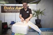 Geschäftsmann mit pfiffiger Idee: Peter von Burg (56) präsentiert seine Styroporbox mit Trockeneis an der Luga. Hiermit versendet er seine Glace in die ganze Schweiz. | Jakob Ineichen (Luzern, 4. Mai 2018)