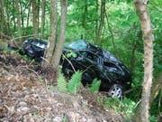 Ein Auto ohne Fahrer ist in Luzern zuerst über einen Parkplatz, dann über einen Golfplatz und schliesslich in ein Waldstück gerollt. (Bild: Staatsanwaltschaft Luzern)