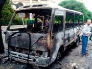 Bilder der staatlichen syrischen Nachrichtenagentur SANA zeigen einen ausgebrannten Bus: Das Fahrzeug ist gemäss den Angaben von Granaten getroffen worden. (Bild: KEYSTONE/AP SANA)
