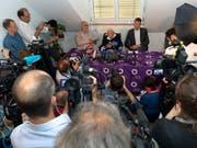 Die Medienkonferenz des sterbewilligen Australiers David Goodall (Tischmitte) in Basel zog dutzende internationale Medienschaffende an. (Bild: KEYSTONE/GEORGIOS KEFALAS)
