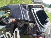 Ein Traktor hat am Mittwochmorgen in Oberägeri einen Smart seitlich aufgeschlitzt. Der Fahrer hatte Glück und wurde nur leicht verletzt. (Bild: Zuger Strafverfolgungsbehörden)