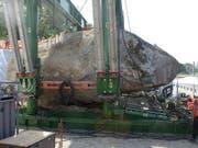Ein Koloss steht im Weg: Der Findling bei Muri BE wird mit Presswerkzeugen angehoben und von der Autobahn weggeschoben. (Bild: zvg / Bundesamt für Strassen)