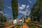 Festbänke stehen vor der Beachvolleyball-Arena. | Bild: Pius Amrein (Luzern, 8. Mai 2018)