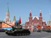 Russland Armee fuhr nicht nur ihr neuestes Material auf: Auch historische Panzer aus dem Zweiten Weltkrieg waren Teil der Parade auf dem Roten Platz. (Bild: KEYSTONE/AP/PAVEL GOLOVKIN)