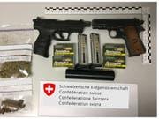 Ungewöhnliche Campingausrüstung: Die Grenzwacht in Graubünden entdeckte zwei Pistolen in einem Wohnmobil sowie Marihuana und Haschisch. (Bild: Grenzwachtkorps)