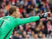 Manuel Neuer ist derzeit zum Zuschauen verurteilt und kann seine Team-Kollegen nicht dirigieren (Bild: KEYSTONE/EPA/RONALD WITTEK)