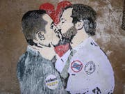 Berlusconi will ihrer Einigung nicht mehr im Weg stehen: 5-Sterne-Chef Luigi Di Maio (l.) und Lega-Vorsitzender Matteo Salvini auf einem Sgraffito in Rom. (Bild: KEYSTONE/EPA ANSA/MASSIMO PERCOSSI)