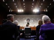 Haspel (M.) bei der Befragung durch die zuständige Senatskommission: In ihren Aussagen distanzierte sie sich klar von der Anwendung von Folter beim CIA. (Bild: KEYSTONE/AP/PABLO MARTINEZ MONSIVAIS)
