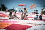 Picknicken auf einem überdimensionalen Tuch, das Jahr für Jahr wächst - das ist Bignik. (Ralph Ribi)