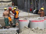 Ist ab 2019 nicht mehr erlaubt: Ohne T-Shirt und Bauhelm ohne Nackenschutz im Freien zu arbeiten. Der Baumeisterverband läuft gegen diese Massnahmen der Suva Sturm. (Bild: Keystone/SALVATORE DI NOLFI)