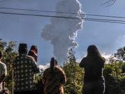 Sechs Kilometer hohe Rauchsäule: der neu ausgebrochene Vulkan Merapi auf der indonesischen Insel Java. (Bild: KEYSTONE/AP/SLAMET RIYADI)