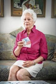 Gerda Casagrande hält in der Hand die neue ID, mit der alles begonnen hat. (Bild: Andrea Stalder)