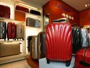Der Kofferhersteller Samsonite verliert seinen Chef. Ramesh Tainwala gibt seinen Posten nach Vorwürfen einer Investmentfirma ab. (Bild: KEYSTONE/AP/KIN CHEUNG)