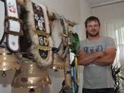 Ein paar Glocken, ein paar Kränze: Marco Wyrsch zu Hause in seiner Wohnung in Attinghausen.