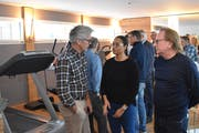 Als das neue Spa&Fitness eröffnet wurde, waren auch prominente Gäste vor Ort: (von links) Bernhard Russi, Wangui Zwyssig und Herbert Blum (Bild: Georg Epp, Andermatt, 29. Januar 2018)