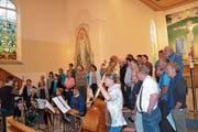 Hauptprobe des reformierten Kirchenchors Alt St.Johann unter der Leitung von Doris Bühler-Amman und der Brandhölzler Striichmusig, ganz rechts Komponist Peter Roth. (Bild: Adi Lippuner)