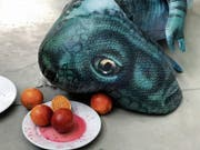 Stillleben mit einem erschöpften Plastikdinosaurier, Tellern und Blutorangen. (Bild: Bilder: Juergen Teller)