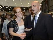 Isabelle Falconnier - hier 2015 mit Bundesrat Alain Berset - gibt nach sieben Jahren die Leitung der Genfer Buchmesse ab. (Bild: Keystone/MARTIAL TREZZINI)