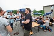 Auch am Redaktionswagen sprach man darüber, was an Eichberg gefällt und wie sich die Gemeinde noch entwickeln könnte. (Bild: Max Tinner)