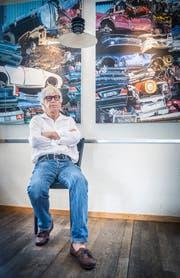 Peter Frischknecht malt Autoschrott, der zu faszinierenden Acrylbildern zum Thema «Vergängliches» wird. (Bild: Andrea Stalder)