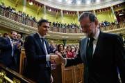 Ex-Ministerpräsident Mariano Rajoy (rechts) schüttelt die Hand seines Nachfolger Pedro Sánchez. (Bild: P. Marcou/Getty (Madrid, 1. Juni 2018))