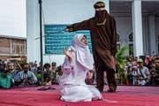 Öffentliches Spektakel: Eine Frau in Banda Aceh wird mit Stockhieben bestraft. (Bild: Ulet Ifansasti/Getty (23. Mai 2017))