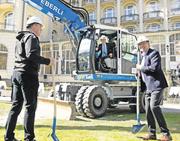 Yunfeng Gao schickt sich an, mit dem Bagger die erste Schaufel Erde zu graben. Vorne Toni Bucher (rechts) und René Affentranger von der Eberli Sarnen AG. Bild Corinne Glanzmann (Engelberg, 4. April 2016)