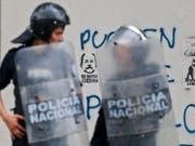Polizisten in Nicaraguas Hauptstadt Managua am Rande einer Demonstration gegen Präsident Daniel Ortega. (Bild: KEYSTONE/AP/ESTEBAN FELIX)