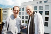 Die zwei Schulkameraden und Jahrgänger Paul Grab (links) und Mario Beretta treffen sich hoch über der Buchser Bahnhofstrasse, um allerlei Anekdoten und Erinnerungen auszutauschen. (Bild: Hansruedi Rohrer)