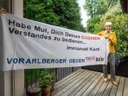 Naturschutzbund-Obfrau Hildegard Breiner mit dem Anti-AKW-Transparent auf dem Balkon ihrer Wohnung. (Bild: Hanspeter Schiess)