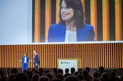 Mona Vetsch moderierte am Donnerstagabend an der Partizipanten-Versammlung in der Bodensee-Arena. (Bild: Andrea Stalder)