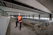 Daniel Suter, Direktor des Campus Sursee, in der Schwimmhalle der neuen Sportarena auf dem Gelände des Campus. (Bild: Pius Amrein, 30. Mai 2018)