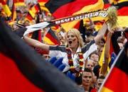 Ein Geschäft vor allem für Verkäufer von Fanartikel - die WM 2006 in Deutschland. Bild: Steffen Kugler)