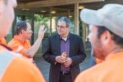 Mitarbeiter der Stadtwerke begrüssen Wolfgang Giella an seinem ersten Arbeitstag als Gossauer Stadtpräsident. (Bild: Hanspeter Schiess)