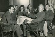 Interniert unter leichter Bewachung in einem Hotel in Adelboden: das ist Carl J. Larsen (2. von rechts) noch gut gelaunt. (Bild: Sher Green-Larsen)