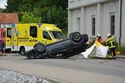 Das Unfallauto landete auf dem Dach, der Fahrer musste mit der Rettung ins Spital gebracht werden. (Bild: Beat Lanzendorfer)