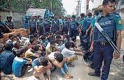 Polizisten verhaften angebliche Drogendealer in Dhaka. (Bild: Monirul Alam/EPA (Dhaka, 28. Mai 2018))