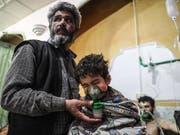 In Syrien ist mehrmals Giftgas gegen die Zivilbevölkerung eingesetzt worden. Der Bundesrat will verhindern, dass für die Herstellung der Kampfstoffe Chemikalien aus der Schweiz verwendet werden. (Bild: KEYSTONE/EPA/MOHAMMED BADRA)