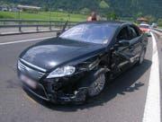 Das stark beschädigte Unfallauto auf der Autobahn A2. (Bild: Kapo Uri (Altdorf, 31. Mai 2018))