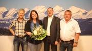 Andrea Hartmann ist seit zehn Jahren die «gute Seele» (Peter Kamber) des Handwerker- & Gewerbe-Vereins Wattwil und wurde deshalb beschenkt. Die Vorstandsmitglieder Emil Bleiker, Daniel Kamber (Präsident) und Clemens Kühne (von links) wurden einstimmig in ihren Ämtern bestätigt.