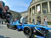 Heute Sonntag gastiert die Formel E in Zürich - im Bild der Schweizer Lokalmatador Sébastien Buemi bei der Präsentation des Rennens im April vor der ETH (Bild: KEYSTONE/WALTER BIERI)